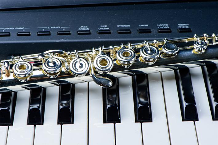 クラシックだけでなく、ジャズやポピュラー、演歌、室内楽までと幅広く指導致します。