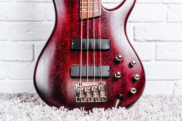 ベースにまだ触れたことがない、むしろギターとの違いが分からない!