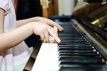 リトミック先生の生ピアノ&歌で音育